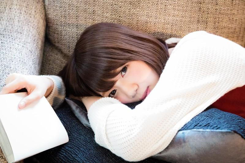 寝そべる可愛い女の子